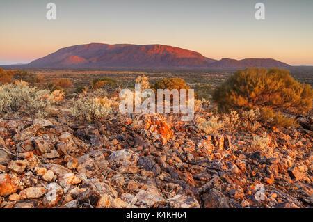 Mount Augustus im letzten Licht des Tages. - Stockfoto