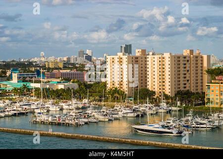 Hohe Küste modernes Hochhaus waterfront Appartements und Ferienwohnungen, direkt am Meer, Marina und Panoramablick - Stockfoto