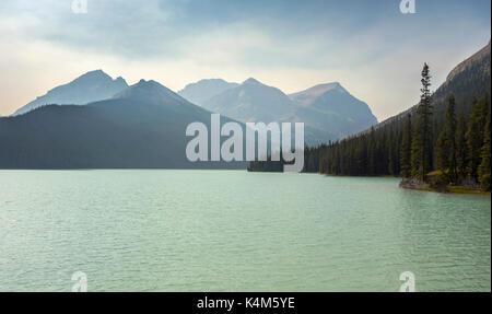 Untere Martin See in der abgelegenen Wildnis des Banff National Park mit fernen Dunst ab Sommer wildfires für Rocky - Stockfoto