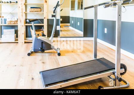 Fitnessraum zu hause luxus  Privates Fitness-Studio in Luxus-Haus Stockfoto, Bild: 53407705 - Alamy