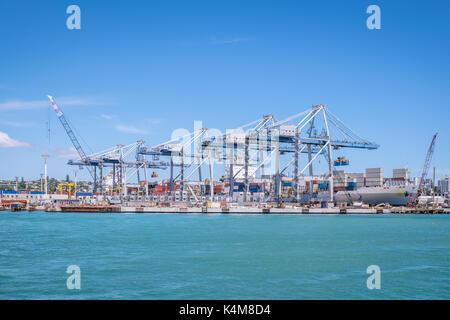 Auckland Hafen mit Containern, Kräne und Schiffe für den Transport für Einfuhren und Ausfuhren in Neuseeland, NZ - Stockfoto