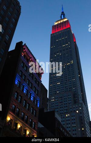 Empire State Building Webstühle in den Ditson Gebäude in der Dämmerung, NYC, USA - Stockfoto