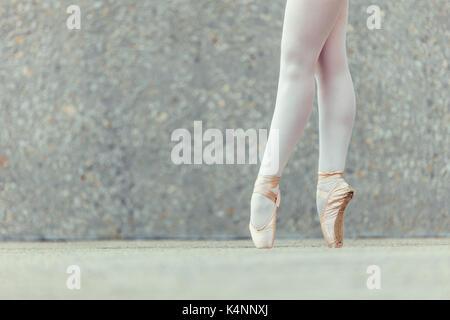 Closeup schoss der Beine eines weiblichen Tänzer auf ihre Zehen tragen  Spitzenschuhe. Ballet Dancer üben 0ad3c34105