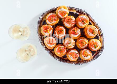 Lachs und creamcheese Puffs. Gebäck und Sekt. Urlaub snack Catering. Profiteroles oder canape - Stockfoto