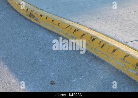 Gelbe Straße Quark mit Schulbus schwarzer Gummireifen Markierungen - Stockfoto