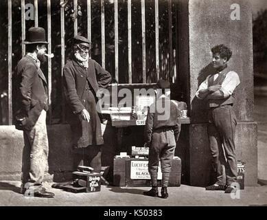 Die dramatischen Shoe-Black - Street Life in London in 1876-7 Adolphe Smith und John Thomson veröffentlicht. - Stockfoto