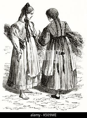 Zwei alte Württemberg Bauer Mädchen in ihrer traditionellen Kleidung hält zwei Bündel Heu. Deutschland. Von Lancelot - Stockfoto