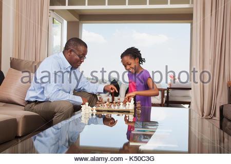 Großvater und Enkelin Schach spielen - Stockfoto