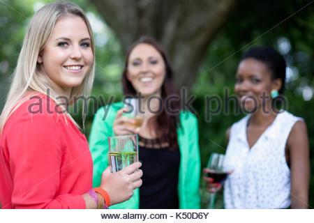 Drei Freunde lächelnd und mit Blick auf die Kamera - Stockfoto