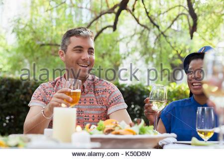 Zwei Freunde mit einem Toast - Stockfoto