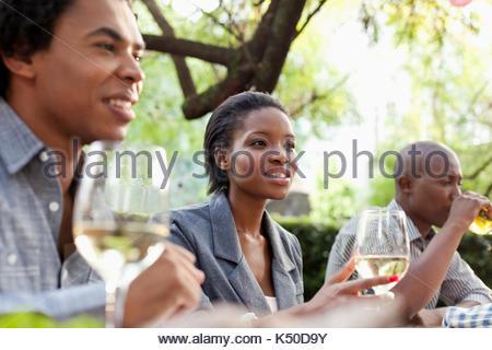 Drei Freunde außerhalb der Mittagspause - Stockfoto