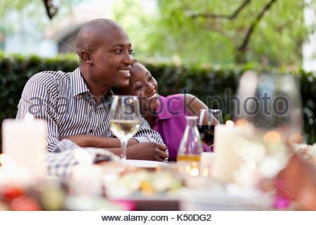 Zwei Freunde, ein Lächeln auf den Tisch - Stockfoto