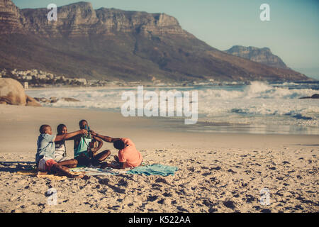 Porträt der Gruppe von Freunden Gitarre spielen und trinken Bier. Die Leute am Strand eine Party. - Stockfoto