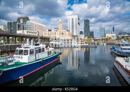 Boote in den Hafen und die Skyline der Stadt in der Hafenstadt Yokohama, Japan, Asien. - Stockfoto