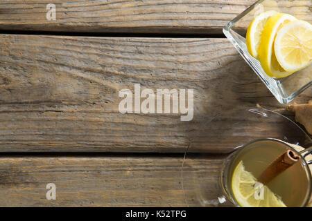 Ansicht von oben Ingwer Tee mit Zitronen auf hölzernen Tisch - Stockfoto