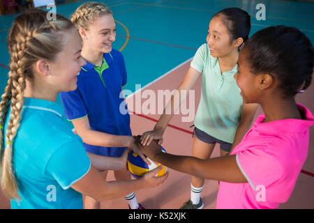 Volleyball Spieler mit ihren Händen vor Gericht gestapelt - Stockfoto