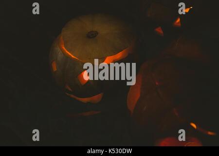 Hohe Betrachtungswinkel beleuchtet jack o Laternen in Dunkelkammer - Stockfoto