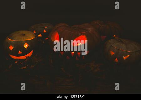 Beleuchtete jack o Laternen in Dunkelkammer während der Halloween - Stockfoto