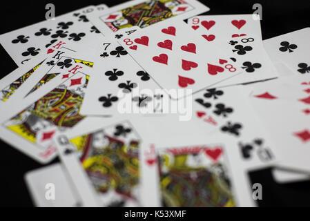 Ein deck Spielkarten spritzte über den Tisch - Stockfoto