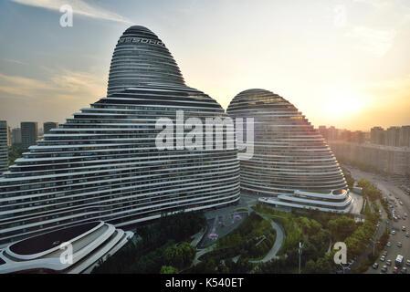 Beijing Wangjing SOHO bei Sonnenuntergang - Stockfoto
