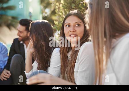 Portrait von lächelnden Geschäftsfrau genau hinzuhören, um Mitarbeiter - Stockfoto