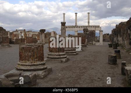 Italien. Pompeji. Ruinen der Basilika (Ende 2.Jh. v. Chr.). Im Hintergrund, Kolonnaden des Forum. - Stockfoto