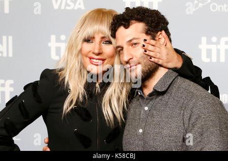 """Toronto, Kanada. 08 Sep, 2017. Lady Gaga und dirctor Chris moukarbel während der """"Gaga: fünf Fuß zwei """"fotoauftrag - Stockfoto"""