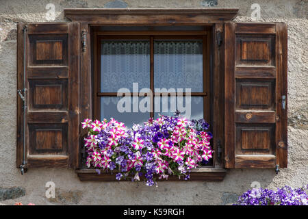 holzfenster und blumen auf der fensterbank stockfoto bild 112426099 alamy. Black Bedroom Furniture Sets. Home Design Ideas