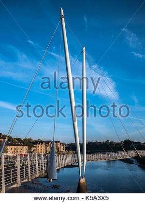 Millennium Bridge Lancaster und Fluss Lune mit blauem Himmel - Stockfoto