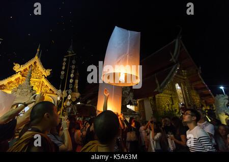 CHIANG MAI, THAILAND - 12/30/2015: Eine Gruppe frei schwimmende Laternen in einem buddhistischen Tempel auf Silvester - Stockfoto