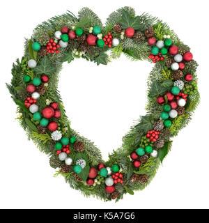 Weihnachten herzförmige wreath Dekoration mit Rot, Grün und Silber Christbaumkugel Dekorationen, Mistel, Tanne, - Stockfoto