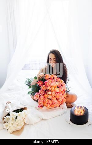 ... Bett; Geburtstag Morgen Junge Frau Mit Riesigen Blumenstrauß Aus Rosen  Und Leckeren Kuchen Mit Kerzen Auf Weißen