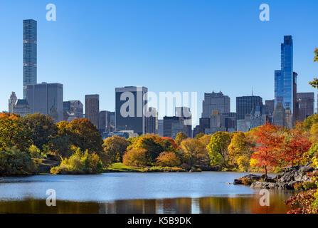 Fallen im Central Park am See mit Midtown Wolkenkratzer. New York City - Stockfoto