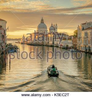 10 Minuten nach 6 Uhr morgens mit dem PAPERBOY unter der accadamia Brücke in Venedig verabschiedet. - Stockfoto