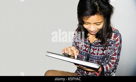 Schöne Mädchen genießen, spielen mit Ihr Gadget nach dem Aufwachen - Stockfoto