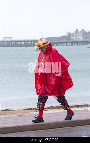 Swanage, Dorset, Großbritannien. 9 Sep, 2017. UK Wetter: Starker Regen und Donner am Swanage. Morris Mann mit roten - Stockfoto