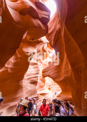 Page, AZ - 3. August 2017: Eine Gruppe von Touristen im Lower Antelope Canyon in der Nähe von Page, Arizona (USA). - Stockfoto