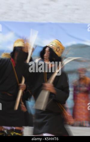 Tänzerinnen traditionelle Tänze in Punakha Dzong während der jährlichen Tsechu, Punakha, zentrale Bhutan - Stockfoto
