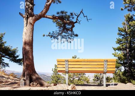 Leeren Bank auf einer Klippe mit Blick auf die Berge, Colorado, USA. - Stockfoto