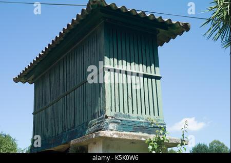 Blick auf die Horreo, typisch spanische Getreidespeicher - Stockfoto