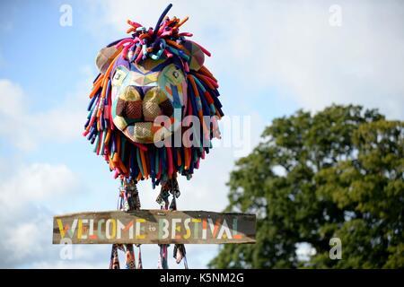 Bestival Music Festival. Bestival Schild mit Lulworth Castle Credit: Finnbarr Webster/Alamy leben Nachrichten - Stockfoto