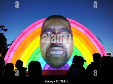 Aufblasbare Kanye West bei Bestival Music Festival. Aufblasbare Kanye West Quelle: Finnbarr Webster/Alamy leben - Stockfoto