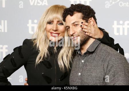 """Lady Gaga und dirctor Chris Moukarbel während der """"Gaga: fünf Fuß zwei """"fotoauftrag während der 42 Toronto International - Stockfoto"""