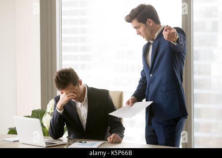 Unzufrieden genervt Chef argumentieren mit Mitarbeiter - Stockfoto