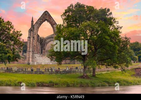 Bolton Abbey in Wharfedale in North Yorkshire, England, mit den Ruinen eines aus dem 12. Jahrhundert Augustiner - Stockfoto