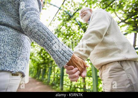 Händen der Senioren - Stockfoto