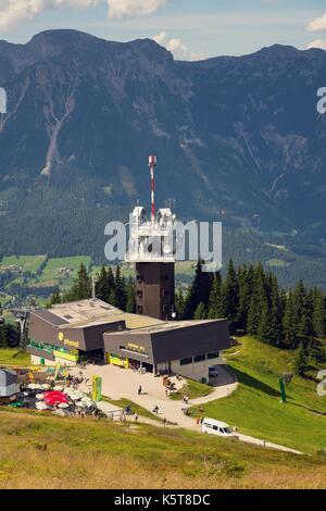 Planai Telekommunikationsturm mit fliegenden Gleitschirme im Hintergrund - Stockfoto