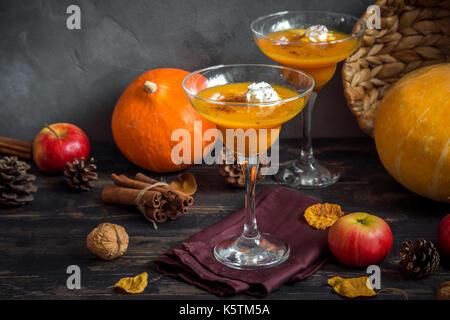 Fallen Saisonale Getränke. Thanksgiving und Halloween Cocktails. Margarita Cocktail mit Pumpkin Pie Gewürze und - Stockfoto