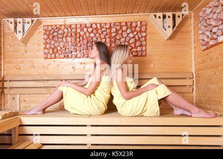 Schöne junge Freundinnen kommen zusammen, Entspannung im Spa zu benutzen. Eine entspannende Sauna. - Stockfoto