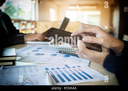 Team job Erfolg. Closeup Foto junge Hände Business Manager holding Tablet arbeiten mit neuen startup Projekt im - Stockfoto